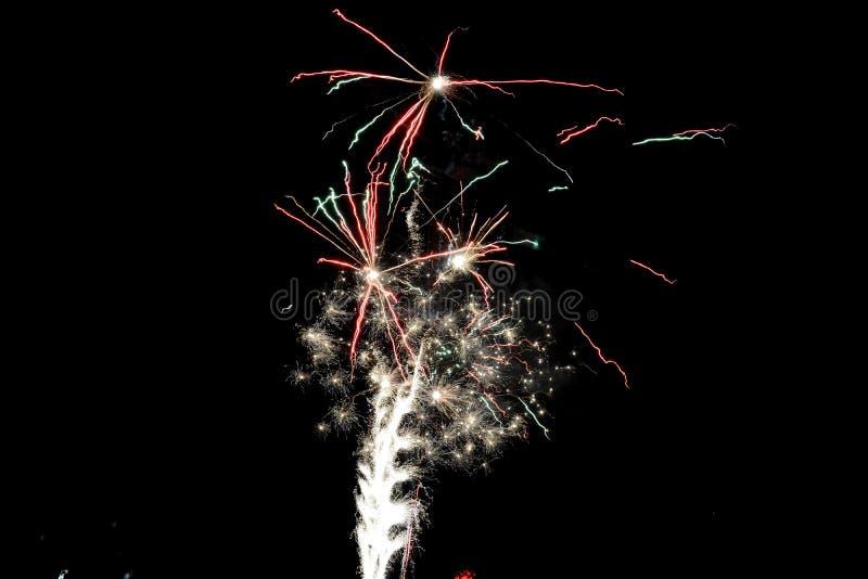 Färgrikt fyrverkeri på natthimlen Berömfyrverkerier för nytt år Abstrakt fyrverkeri som isoleras på svart bakgrund royaltyfria bilder