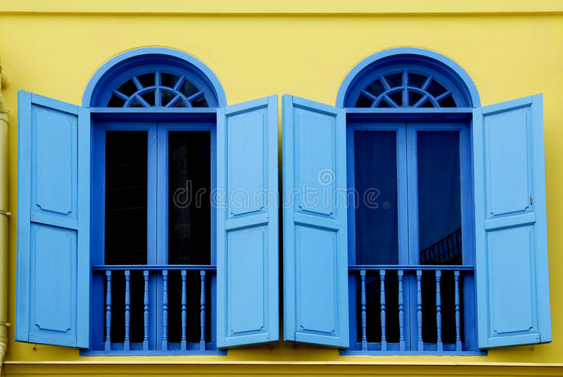 färgrikt gammalt fönster för I royaltyfria bilder
