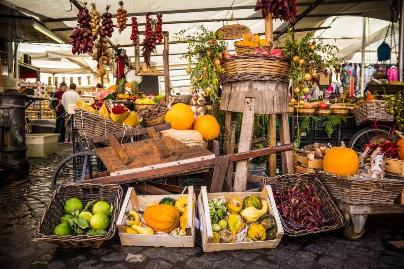 Färgrikt grönsaksortiment på marknadsplatsen fotografering för bildbyråer