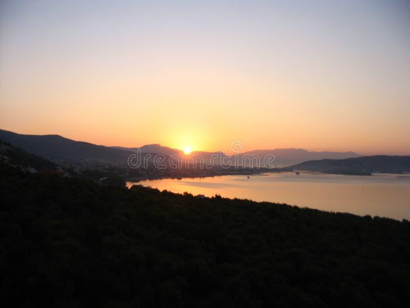Färgrikt gry på den Adriatiska havet kusten fotografering för bildbyråer
