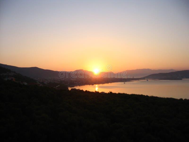 Färgrikt gry på den Adriatiska havet kusten royaltyfria foton