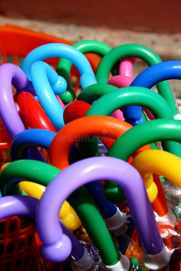 färgrikt handtagparaply arkivbilder