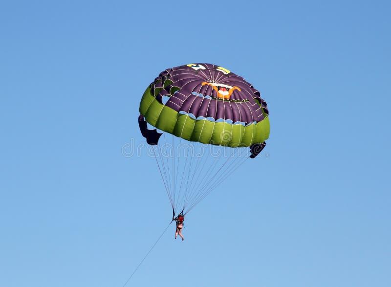 Färgrikt hoppa fallskärm arkivfoto