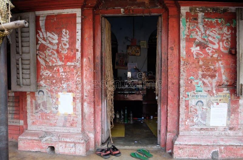 Färgrikt indiskt hus Ljus röd byggnad i Kolkata royaltyfri fotografi