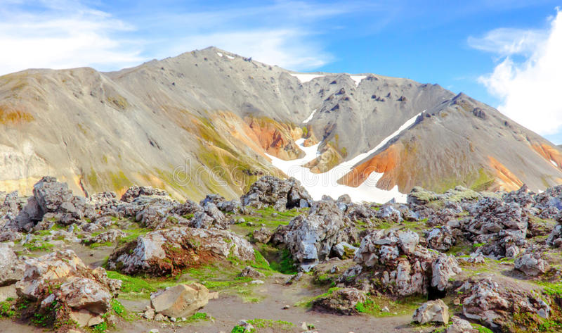 Färgrikt isländskt landskap med berg Nationalpark Landmannalaugar royaltyfri fotografi