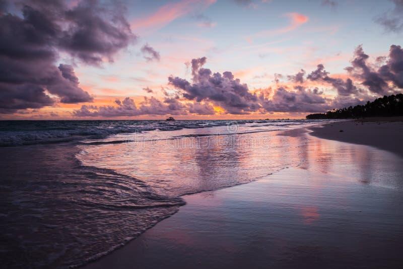 Färgrikt kust- landskap, Bavaro royaltyfri foto