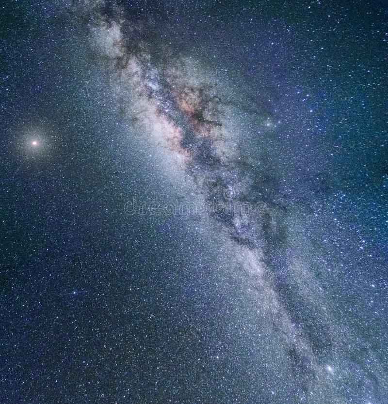 Färgrikt landskap för Vintergatangalaxnatt arkivbilder