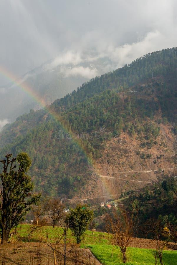 Färgrikt landskap med regnbågen i höga Himalayan berg royaltyfri fotografi