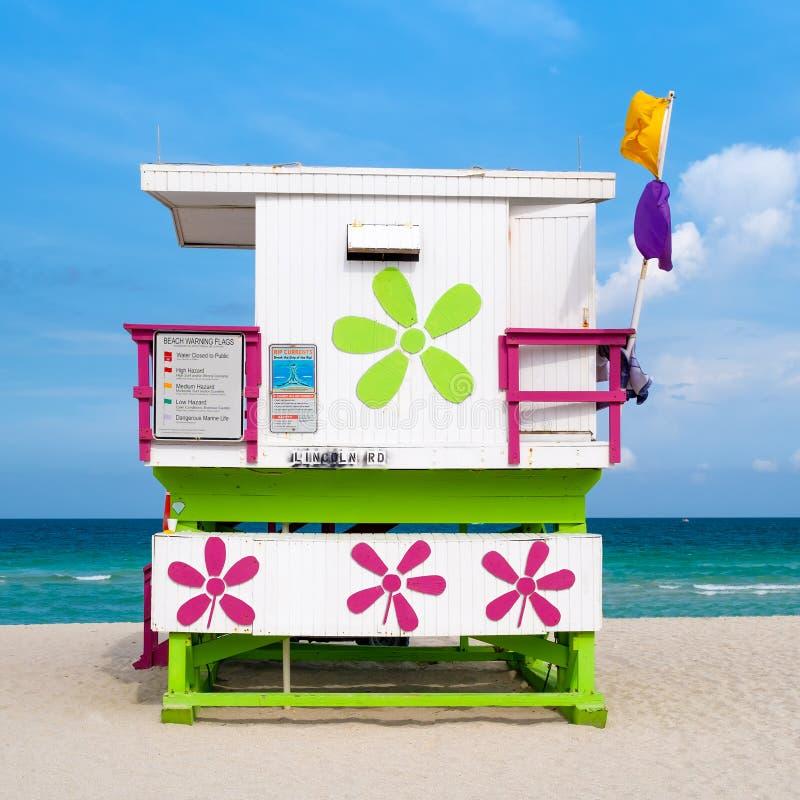 Färgrikt livräddaretorn på den södra stranden i Miami royaltyfria bilder