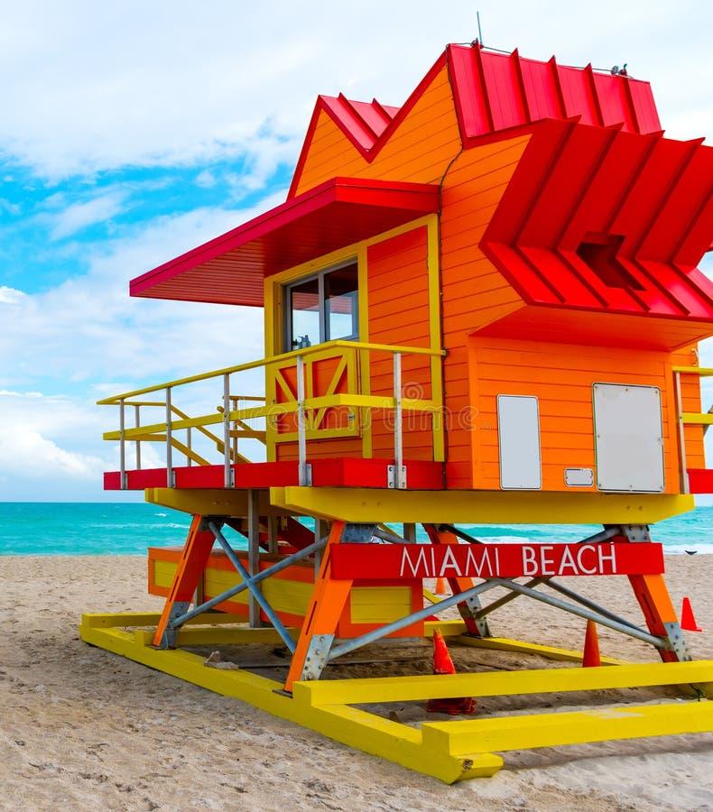Färgrikt livräddaretorn under en molnig himmel i Miami Beach royaltyfria foton