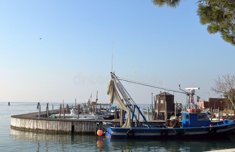F?rgrikt ljust m?lat fartyg p? ?n av Burano Venedig Italien royaltyfri fotografi