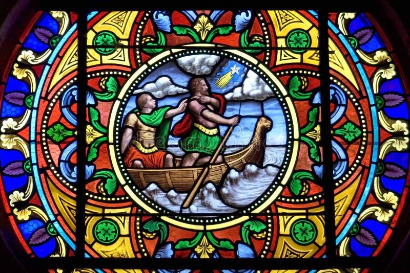 färgrikt målat glassfönster, Charite-sur-Loire arkivbilder