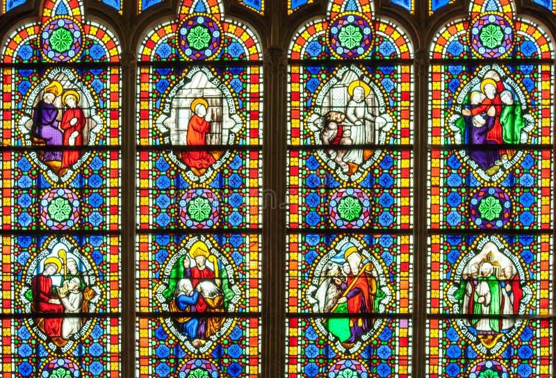 Färgrikt målat glassfönster med helgon arkivfoto