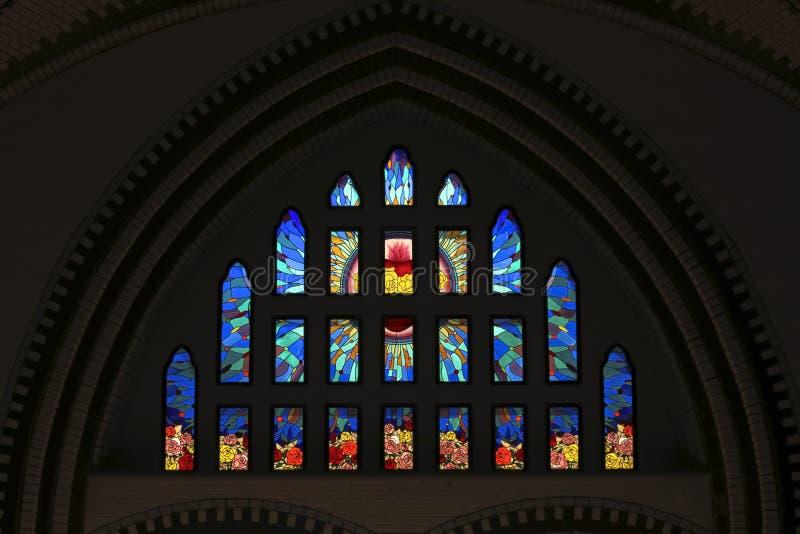 Färgrikt målat glassfönster på domkyrkan för St Marys i Yangon Myanmar Asien royaltyfri illustrationer