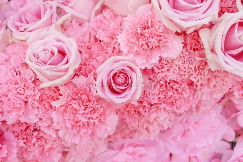 Färgrikt mångfärgat konstgjort dekorativt av den härliga rosa eller purpurfärgade rosa blommande modellgruppen med ljust - rosa n arkivfoto