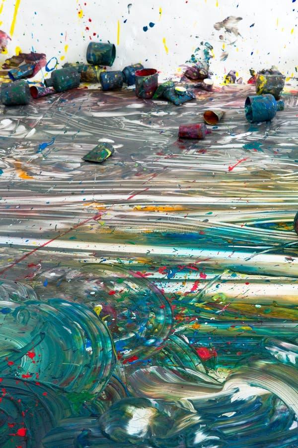 Färgrikt modernt konstverk på golvet royaltyfria bilder