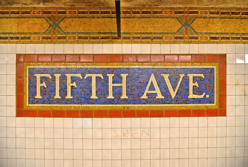 20 05 2016 Färgrikt mosaiktecken för keramiska tegelplattor på den Fifth Avenue gångtunnelstationen i Manhattan, New York USA fotografering för bildbyråer