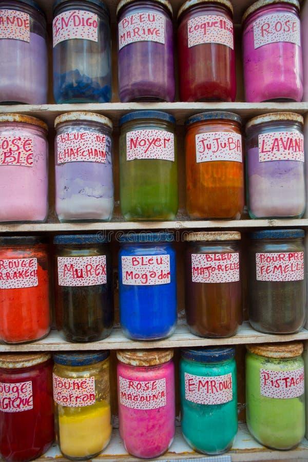 Färgrikt, naturligt och mineral färgar i krus royaltyfria foton