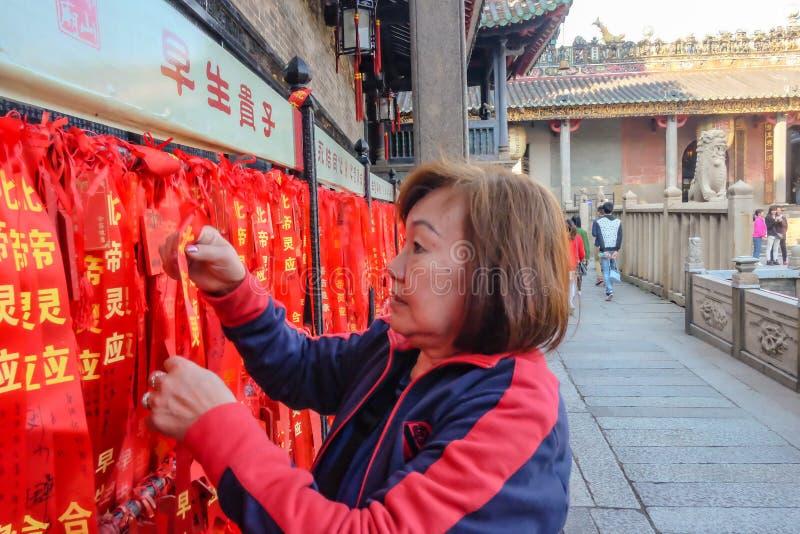 Färgrikt rött välsigna band, önska och meddelande i Foshan den släkt- templet eller 'Zumiao 'i kinesiskt namn Foshan stadsporslin fotografering för bildbyråer