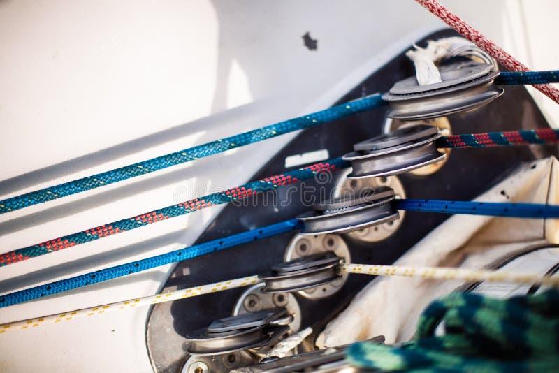 Färgrikt rep på segelbåten royaltyfria bilder