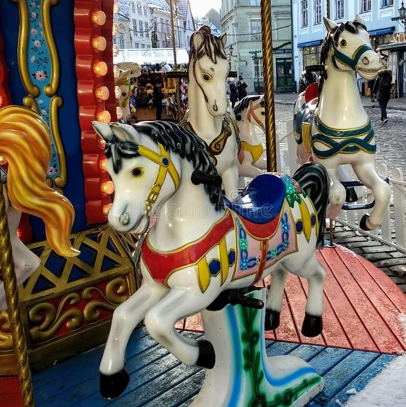 Färgrikt roligt nöjesfält för ponnykarusell arkivfoto