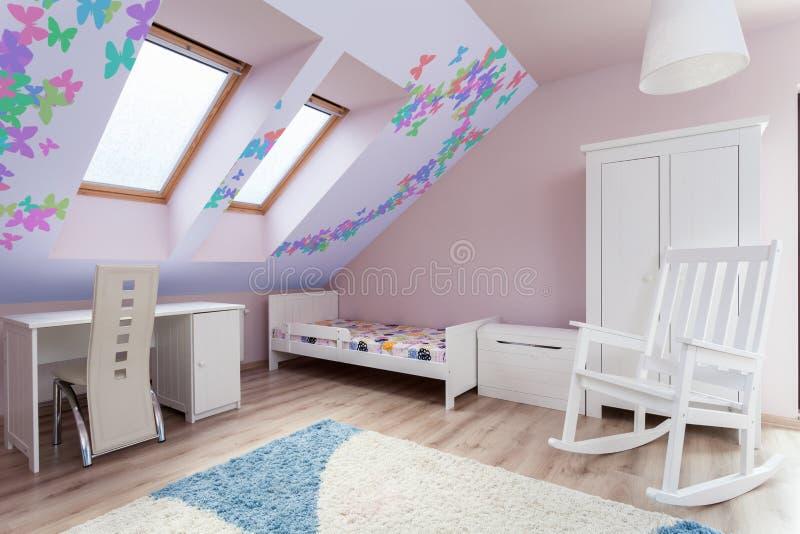 Färgrikt rum i loften arkivbilder