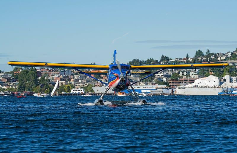 Färgrikt sjöflygplanhuvud på flyttning till och med vatten fotografering för bildbyråer