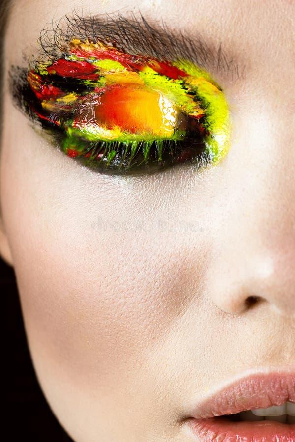 Färgrikt smink på närbildöga Konstskönhetbild royaltyfria bilder
