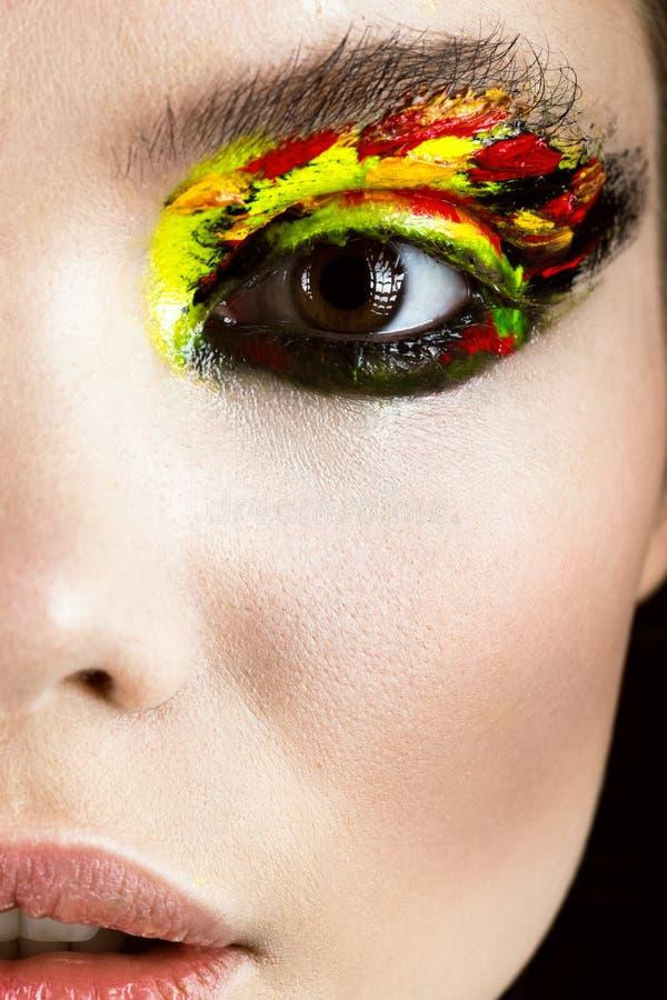 Färgrikt smink på närbildöga Konstskönhetbild royaltyfri fotografi
