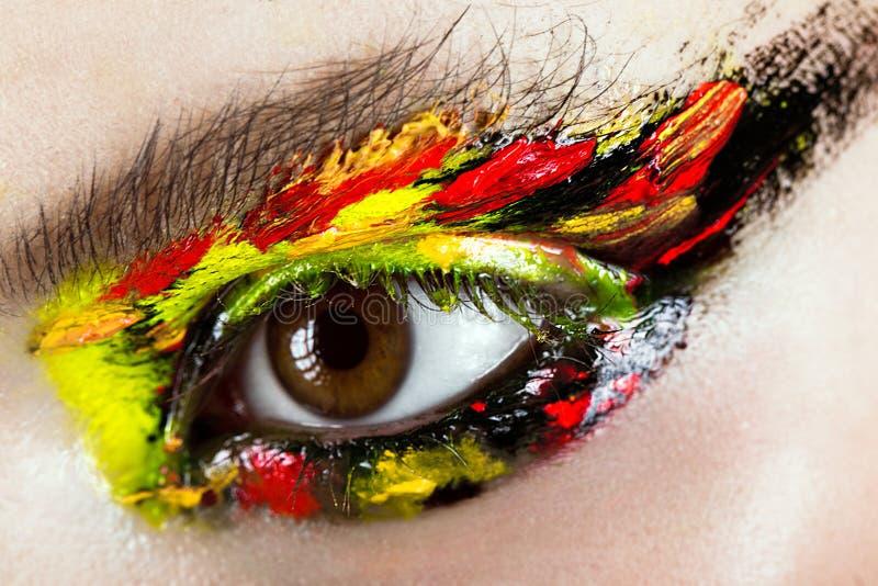 Färgrikt smink på närbildöga Konstskönhetbild arkivbilder