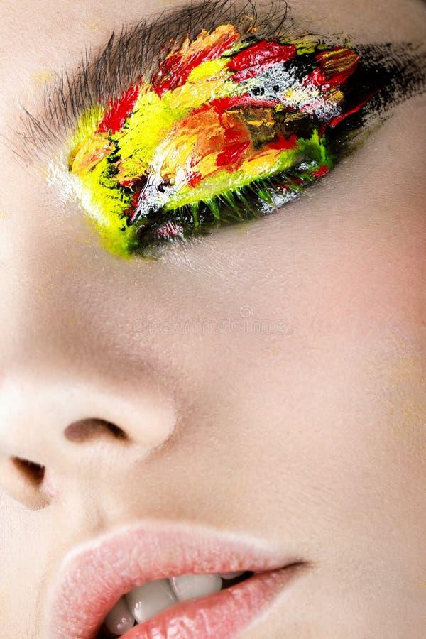 Färgrikt smink på närbildöga Konstskönhetbild royaltyfri foto