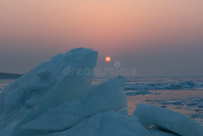 Färgrikt solnedgångljus över iskvarteren royaltyfria foton
