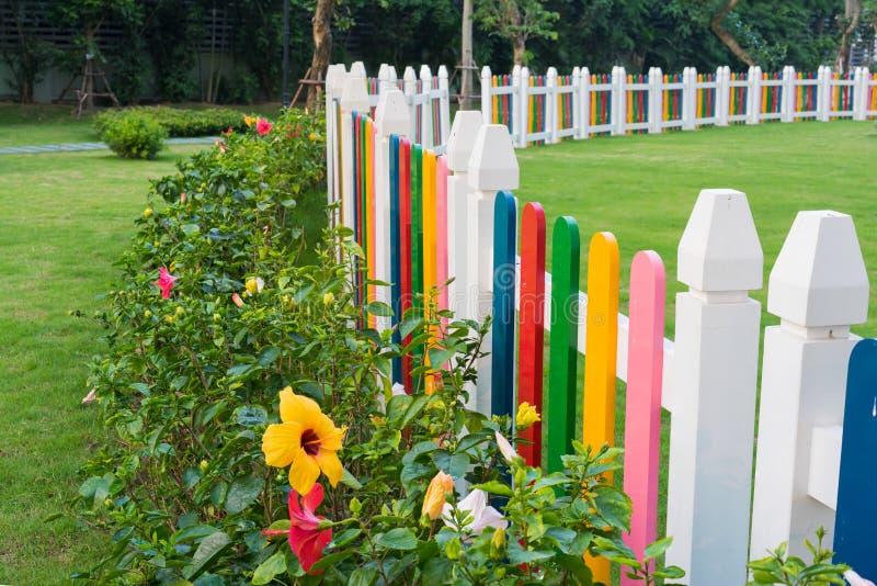 Färgrikt staket på barnlekplatsen royaltyfri bild