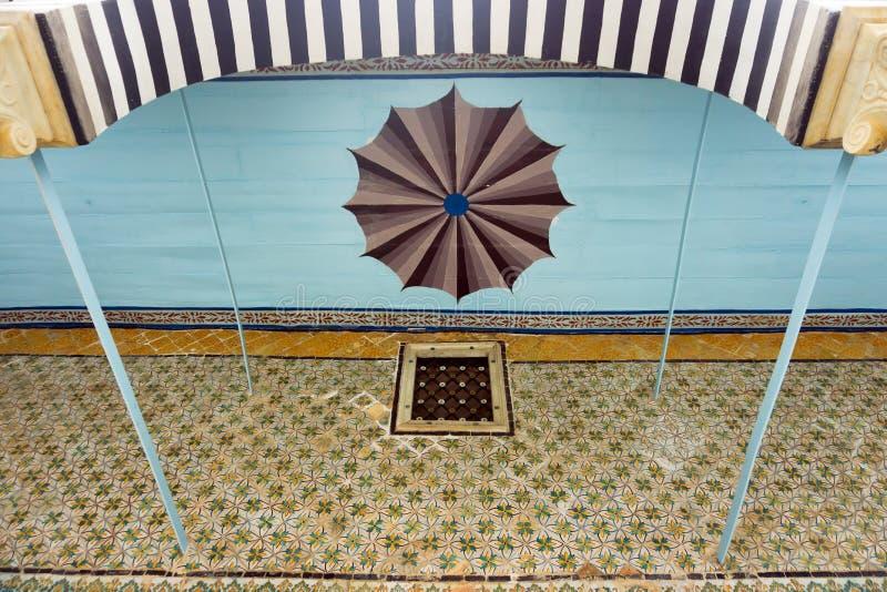 Färgrikt tak i det Bardo museet, Tunis, Tunisien royaltyfria bilder