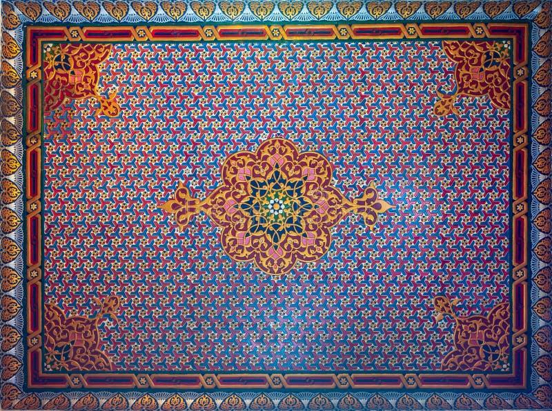 Färgrikt träutsmyckat tak med blom- och geometriska modeller på den historiska Manial slotten av prinsen Mohammed Ali, Kairo, Egy fotografering för bildbyråer