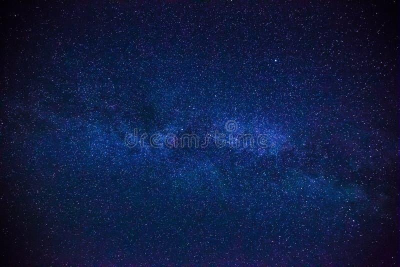 Färgrikt utrymme sköt uppvisning universumet av galaxen för den mjölkaktiga vägen med stjärnor arkivbild