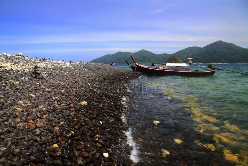 färgrikt vaggar ön nära Koh Lipe arkivfoton