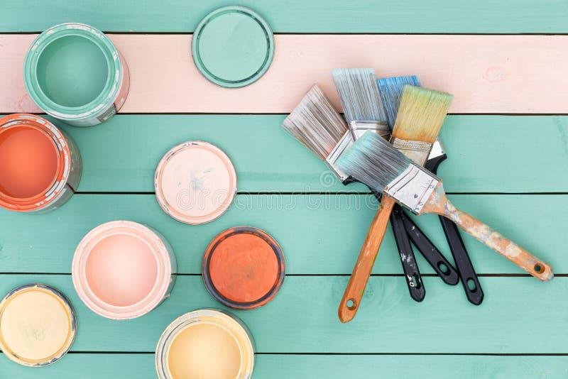 Färgrikt val av träfläckar och målarpenslar royaltyfria bilder
