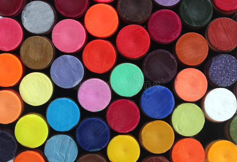 Färgrikt vaxa crayonen ritar för skolar konst fotografering för bildbyråer