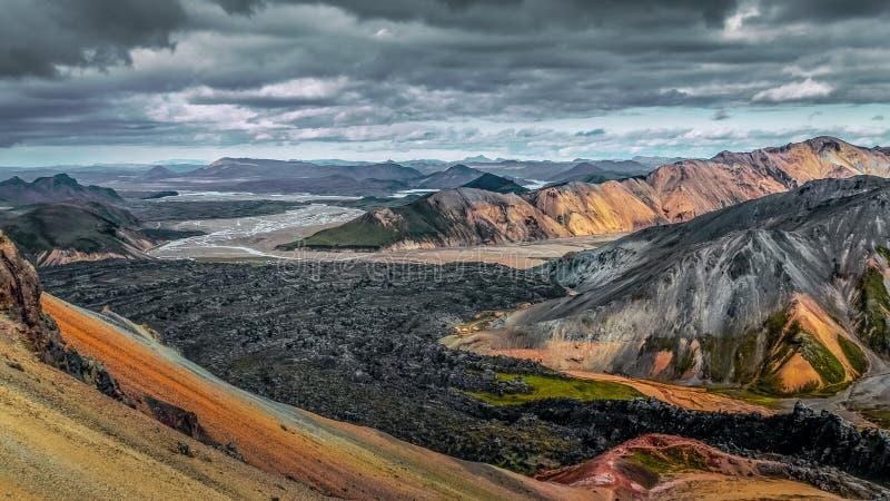 Färgrikt vulkaniskt landskap med lavaflöde i Landmannalaugar, Island, Europa royaltyfri fotografi