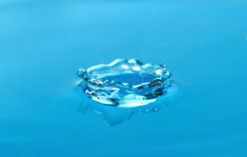 Färgstänk av blått vatten med droppe fotografering för bildbyråer