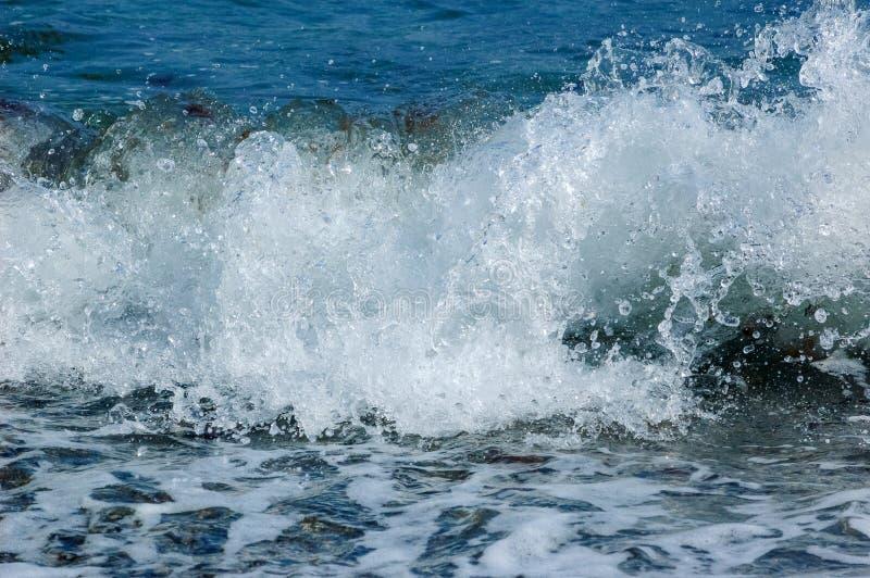 Färgstänk av vågen av Blacket Sea royaltyfria bilder