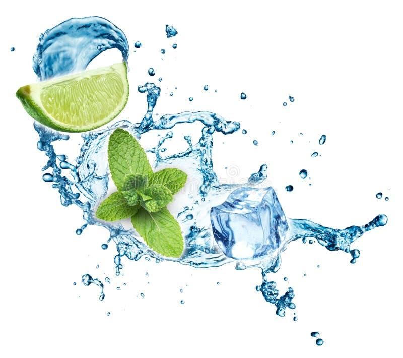 Färgstänk för blått vatten med limefrukt och mintkaramellen på vit bakgrund 3d arkivbilder