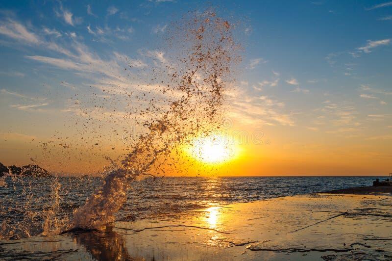 Färgstänk i havet på gryning royaltyfri fotografi