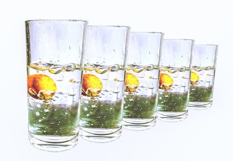 Färgstänkvatten i fem exponeringsglas på vit bakgrund royaltyfri fotografi