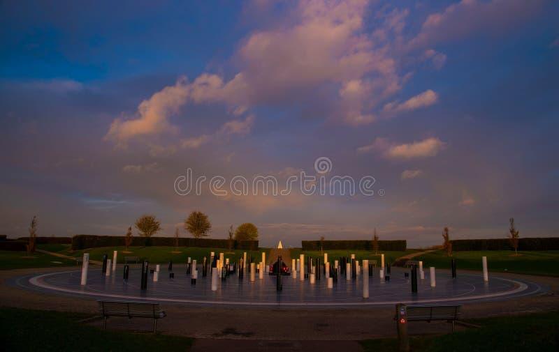 Färgstark grumlig solnedgång vid Milton Keynes Rose Campbell Park arkivbild