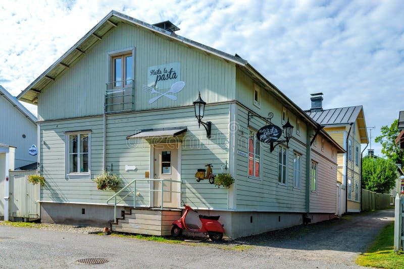 Färgstarka antika hus i den gamla staden Naantali, Finland arkivfoton