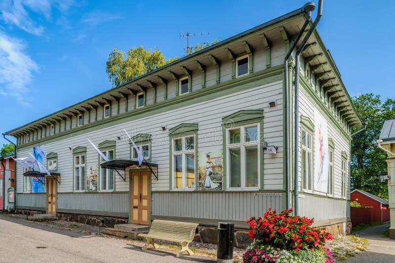 Färgstarka antika hus i den gamla staden Naantali, Finland arkivfoto