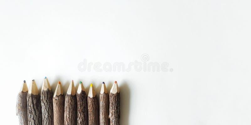 f?rgtr?blyertspennor p? vit bakgrund arkivfoton