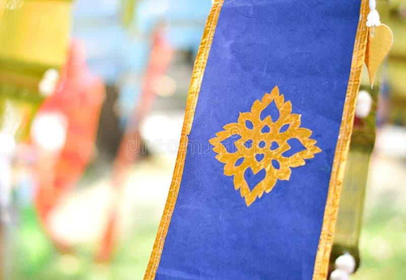 FärgTung Traditional Lanna för Closeup blå flagga i Thailand som hänger för dekorerat i Thailand turismfestival royaltyfria foton